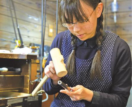 女性指輪職人さんの作業風景